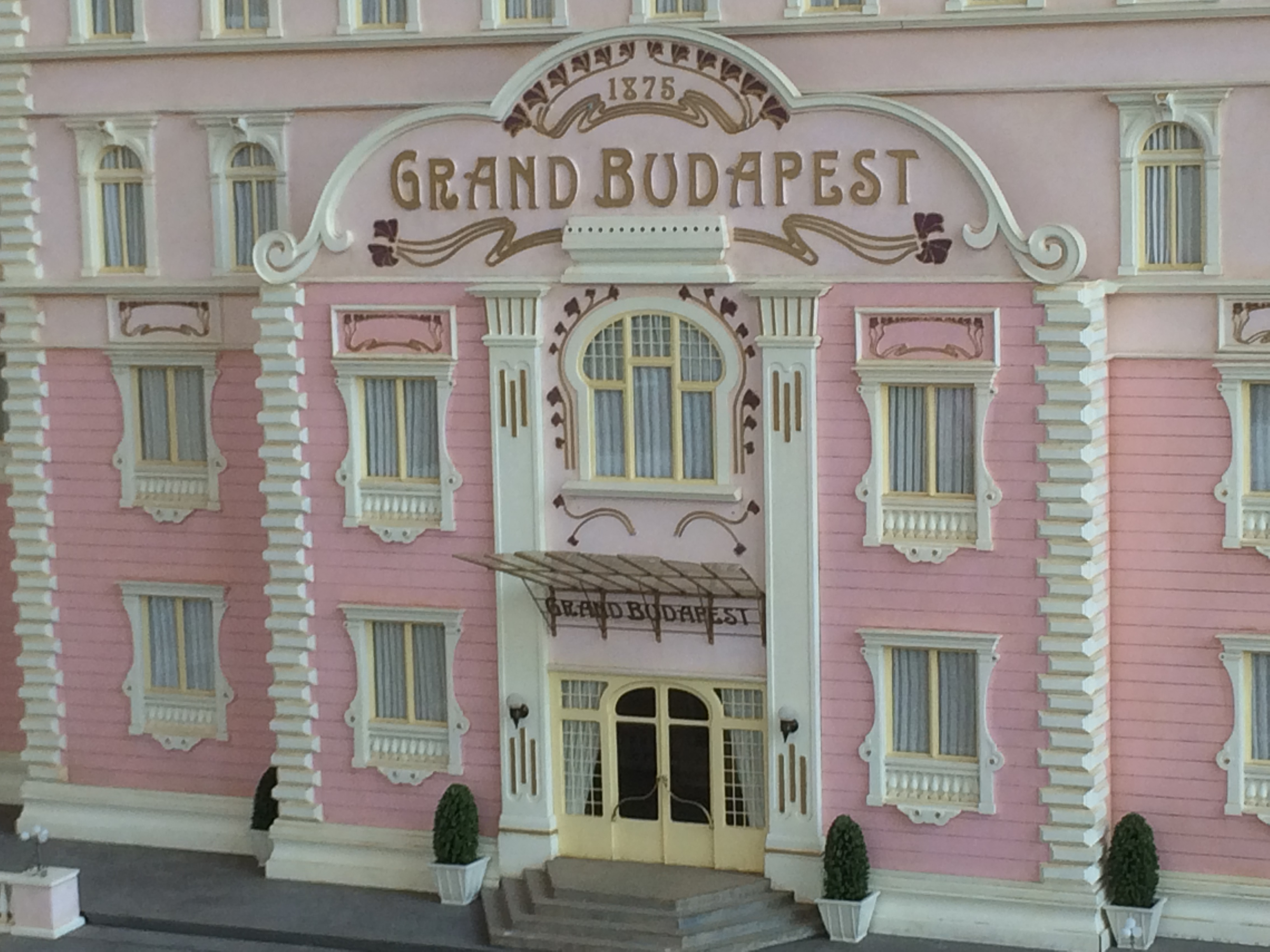 pictures from the grand budapest hotel know it all joe. Black Bedroom Furniture Sets. Home Design Ideas